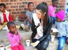 Segundo o Notícias ao Minuto, a Miss África do Sul participou num evento de carácter solidário, de doação de comida a crianças. A jovem de 22 anos, e que é multi-racial, terá usado umas luvas brancas durante