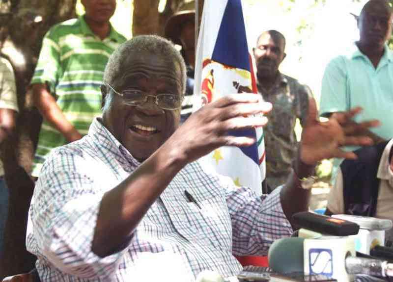 Autoridades saqueiam terrenos, bandeiras e Bens da Renamo em Manica