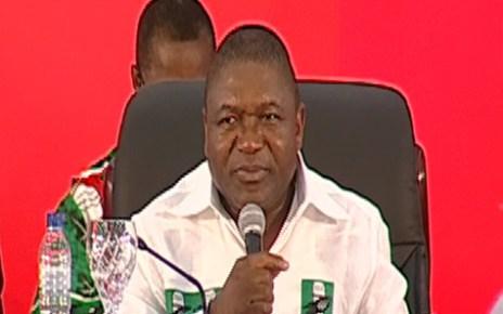 O Recém-eleito presidente do partido, Filipe Nyusi, já tomou posse. Foi através das mãos de Joaquim Chissano que Nyusi recebeu a bandeira e estatuto do partido, logo após o seu juramento.