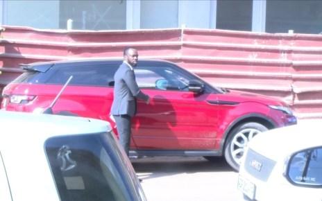 Mr Bow fez questão de chamar a imprensa para testemunhar a devolução do polémico Range Rover, Bow disse a equipe de reportagem que estava devolvendo a luxuosa viatura