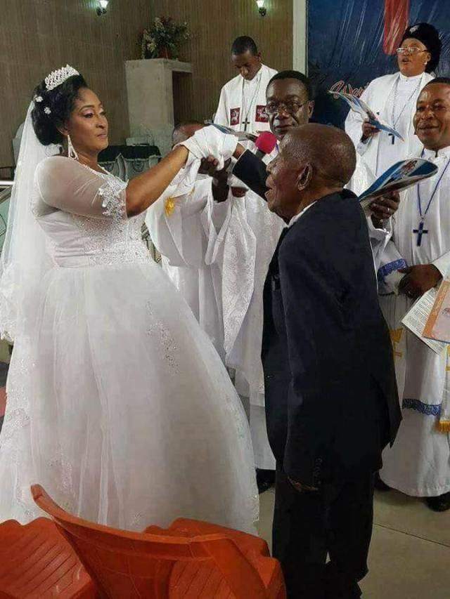 Milionário Nigeriano Cyrus Nunieh de 87 anos de idade casou-se recentemente com uma mulher muito inteligente, Rosemary Ijeoma de 40 anos.