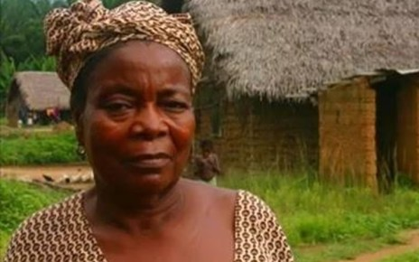 Mulher de 52 anos vai à cama com o Filho uma vez por semana para torná-lo Rico