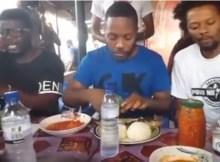 Os músicos, Azagaia e Dji Tafinha deixaram os luxuosos restaurantes que existem na Cidade da Beira e preferiram almoçar no mercado do Maquinino.