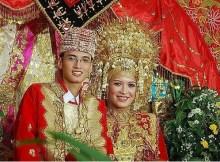 De acordo com uma crença ancestral desta cidade, pertencente à ilha de Bornéu, ir ao banheirodiminui a fertilidade de uma pessoa. Então, o casal está proibido de ir ao banheiro os três dias antes da cerimônia