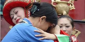 As noivas na China têm que chorar por um mês inteiro antes, pelo menos uma vez por dia! Progressivamente, o resto de sua família vai se juntando a ela