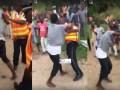Algures no país Moçambique, cidadão e agentes da Polícia de Trânsito em cenas de pancadaria, ainda nao se sabe o que motivou tal acto.Assista ao vídeo viral