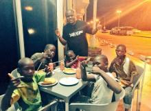 O jovem rapper Kamané partilhou através das suas redes sociais uma fotografia em que surge ladeado por crianças que vivem na rua, durante uma refeição