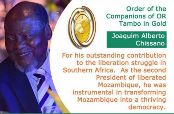 O antigo Presidente da República, Joaquim Chissano, foi este sábado distinguido pelo Presidente sul-africano, Cyril Ramaphosa, com o galardão das Ordens Nacionais