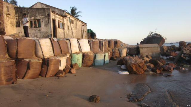 A Beira, o segundo maior centro urbano de Moçambique, enfrenta o que o próprio presidente do Município considera ser um cancro: a erosão costeira.