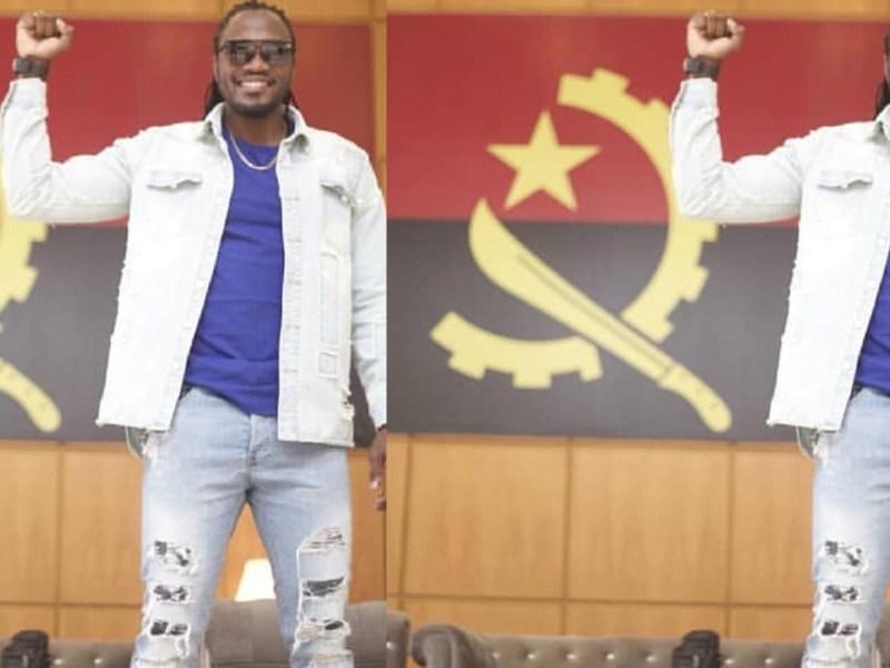 O músico moçambicano, Abuchamo Munhoto, viu seu nome recentemente envolvido em uma polémica por tirar fotografia com a bandeira de Angola