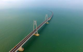 A China inaugurou a maior ponte e túnel marítimos do mundo nesta terça-feira, conectando o centro financeiro de Hong Kong e o polo de jogos de azar de Macau