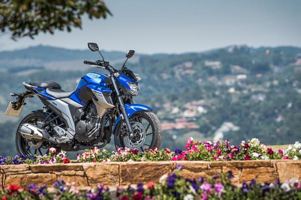 O design mudou bastante, deixando a moto com um aspecto mais robusto