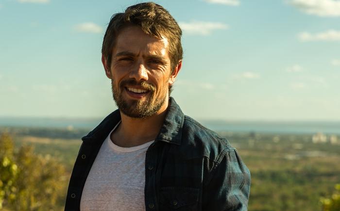 O Outro Lado do Paraíso: Renato pede dinheiro a Sophia para destruir Clara