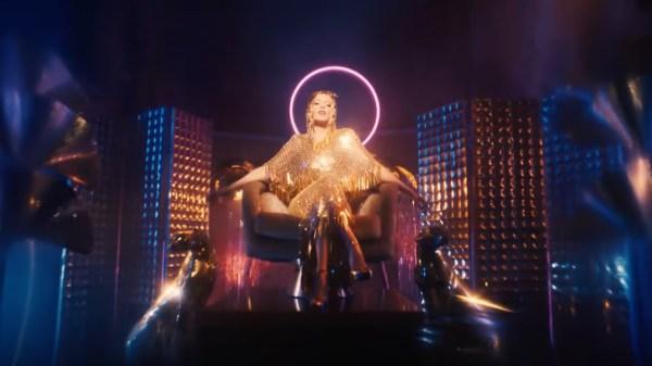 """Kylie Minogue é uma deusa na pista de dança do clipe de """"Magic"""""""