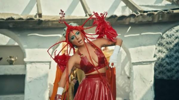 """Com uma grande reviravolta, Lady Gaga lança clipe inusitado para seu novo single """"911"""""""