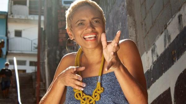 """Dêssa Souza antecipa disco com inédita """"Menina que Embala"""""""