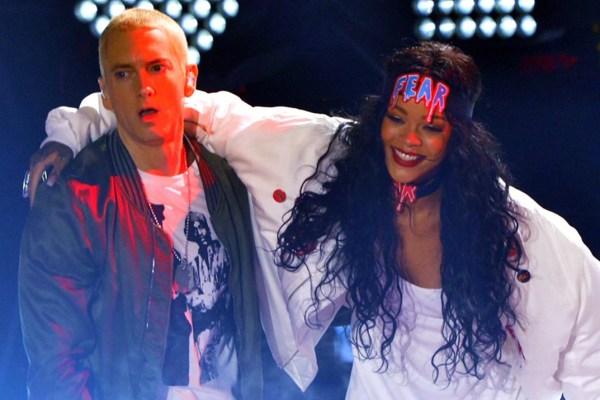 """Eminem pede desculpas à Rihanna em nova faixa, após dizer que """"Eu também bateria em uma v*dia"""""""
