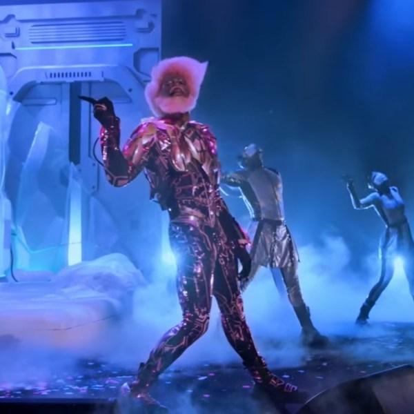 """Lil Nas X se joga na coreografia em performance de """"HOLIDAY"""", para especial da Amazon Music"""