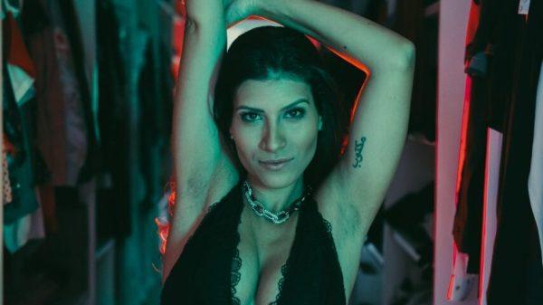 Cantora Gabi faz show intimista neste sábado (12) com banda formada só por mulheres