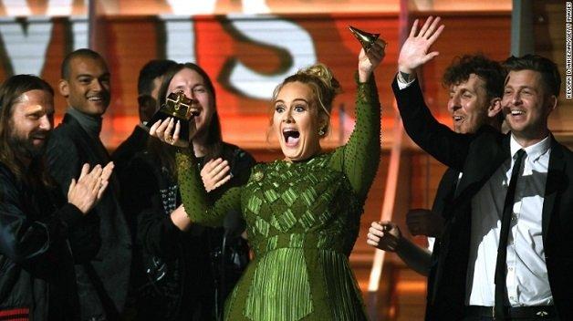 '25' de Adele ultrapassa 'evermore' de Taylor Swift e conquista o topo do iTunes WW