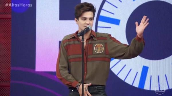 "Luan Santana exibe anel no ""Altas Horas"""