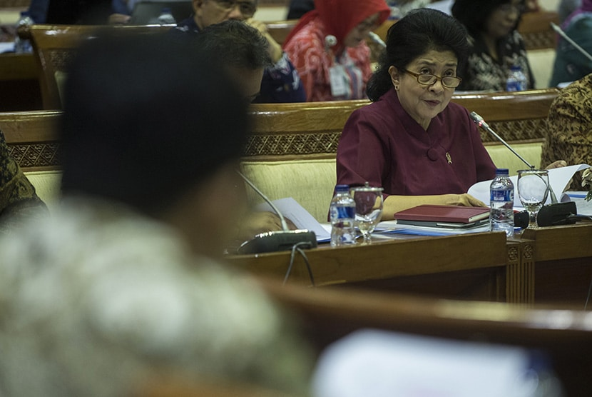 Menkes Menteri Kesehatan Nila Moeloek