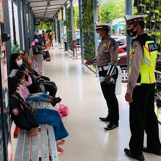 ANTISIPASI LIBURAN PANJANG DISTASIUN SIDOARJO POLISI BERIKAN HIMBAUAN PROTOKOL KESEHATAN