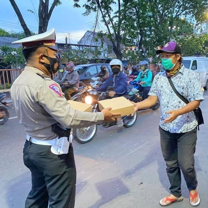 SALING BERBAGI UNTUK KEMANUSIAN satlantassidoarjo anggota Satlantas Polresta Sidoarjo membagi