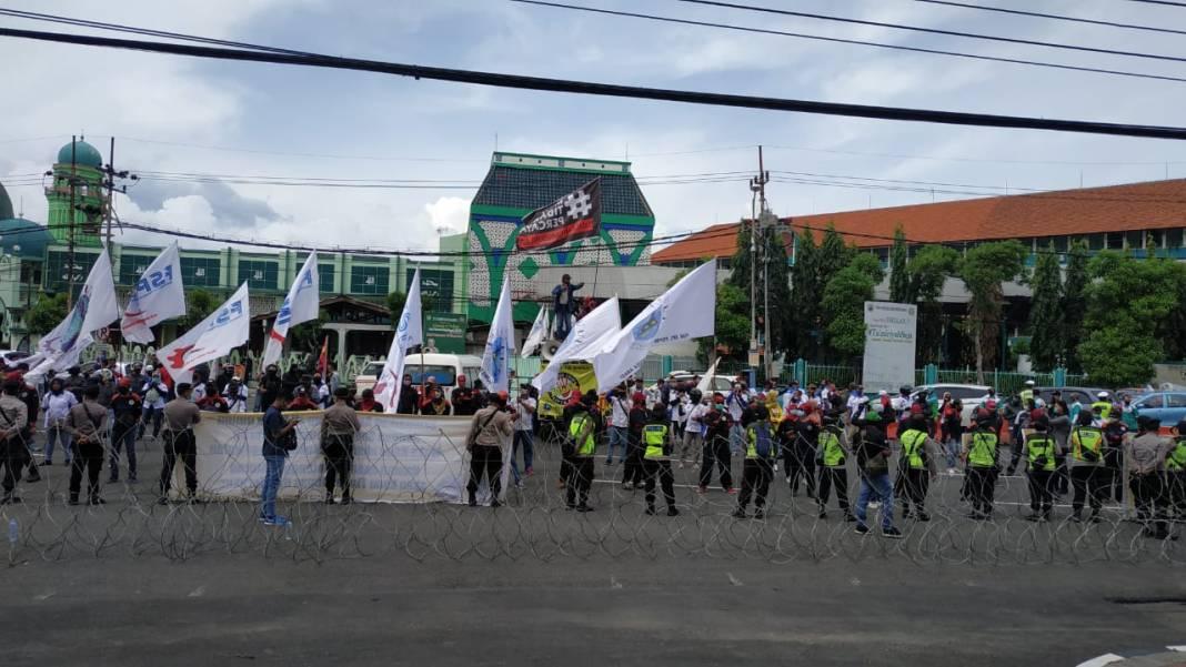 Buruh Penolak Omnibus Law Berdatangan di depan Gedung DPRD Jatim