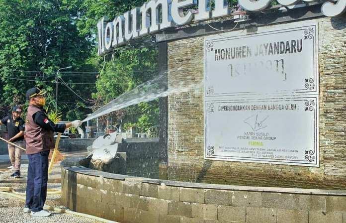 Cak Hud Bersihkan Ikon Kota Sidoarjo Monumen Jayandaru Alun Alun KOMINFO