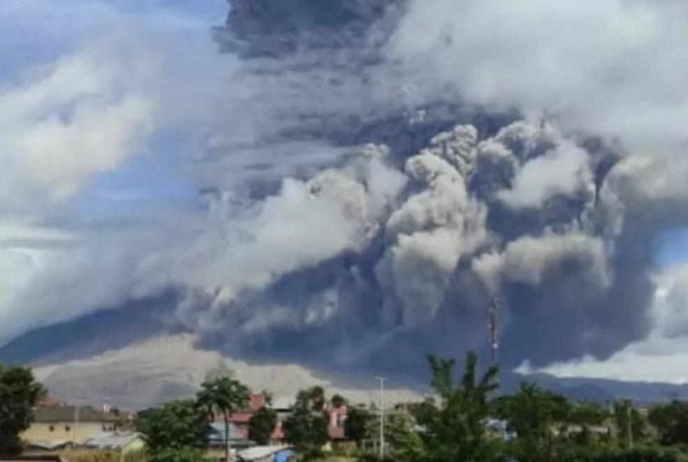 Gunung Sinabung Luncurkan Awan Panas 2.000 Meter