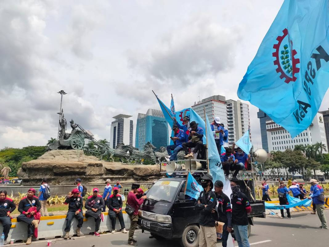 Sesudah Menyampaikan Tuntutan, Ribuan Buruh Penolak UU Cipta Kerja Membubarkan Diri dari Monas