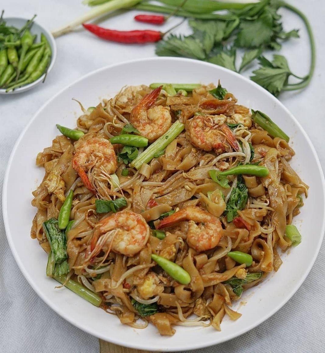 Info kuliner, Siapa disini yang suka banget makan kwetiau? Bikin sendiri yuk di rumah!  Bahan: 150 gr kwetiau…