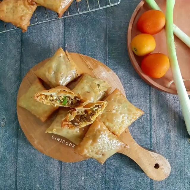 Info kuliner, Martabak Kulit Pangsit Praktis abis!   Bahan : 15 lembar kulit pangsit 2 slice daging ungkep/…