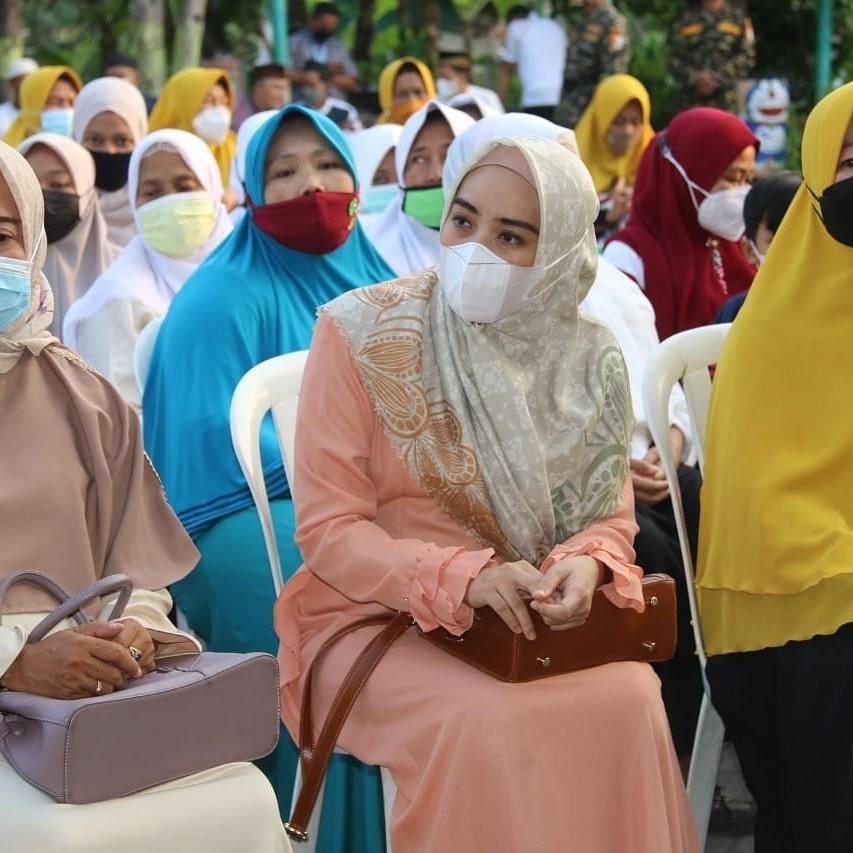 Wakili Bupati Sidoarjo,  Sa'adah Muhdlor Ali Berikan Santunan serta Bantuan Sembako di Kelurahan …