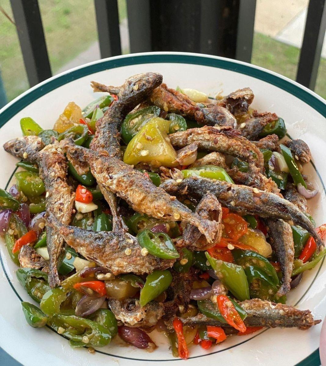 Info kuliner, Layang goreng kering siram sambel iris bawang Lauk yang pas banget bikin pengen nambah terus  C…