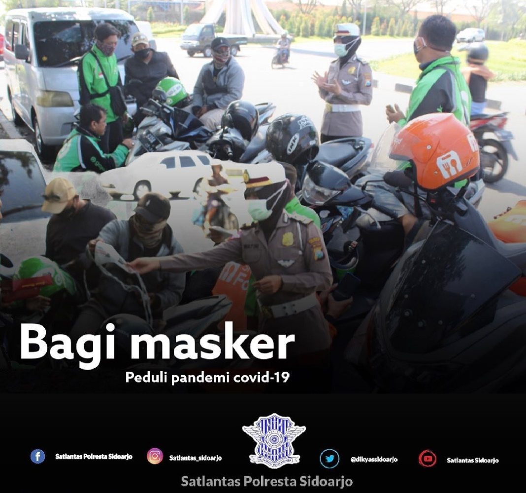 Peduli wabah Covid-19, Kanit Dikyasa bagi masker gratis  Sidoarjo- Masih adanya pandemi covid-1…
