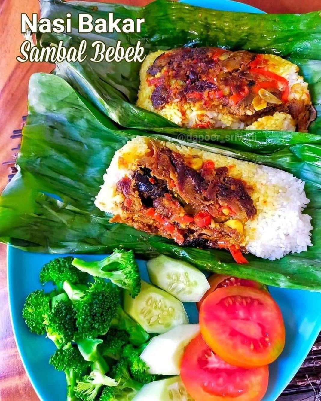 Info kuliner, nasi bakar sambal bebek aja deh. Daging bebek dapat diganti dgn ayam, udang, cumi asin, tempe dl…