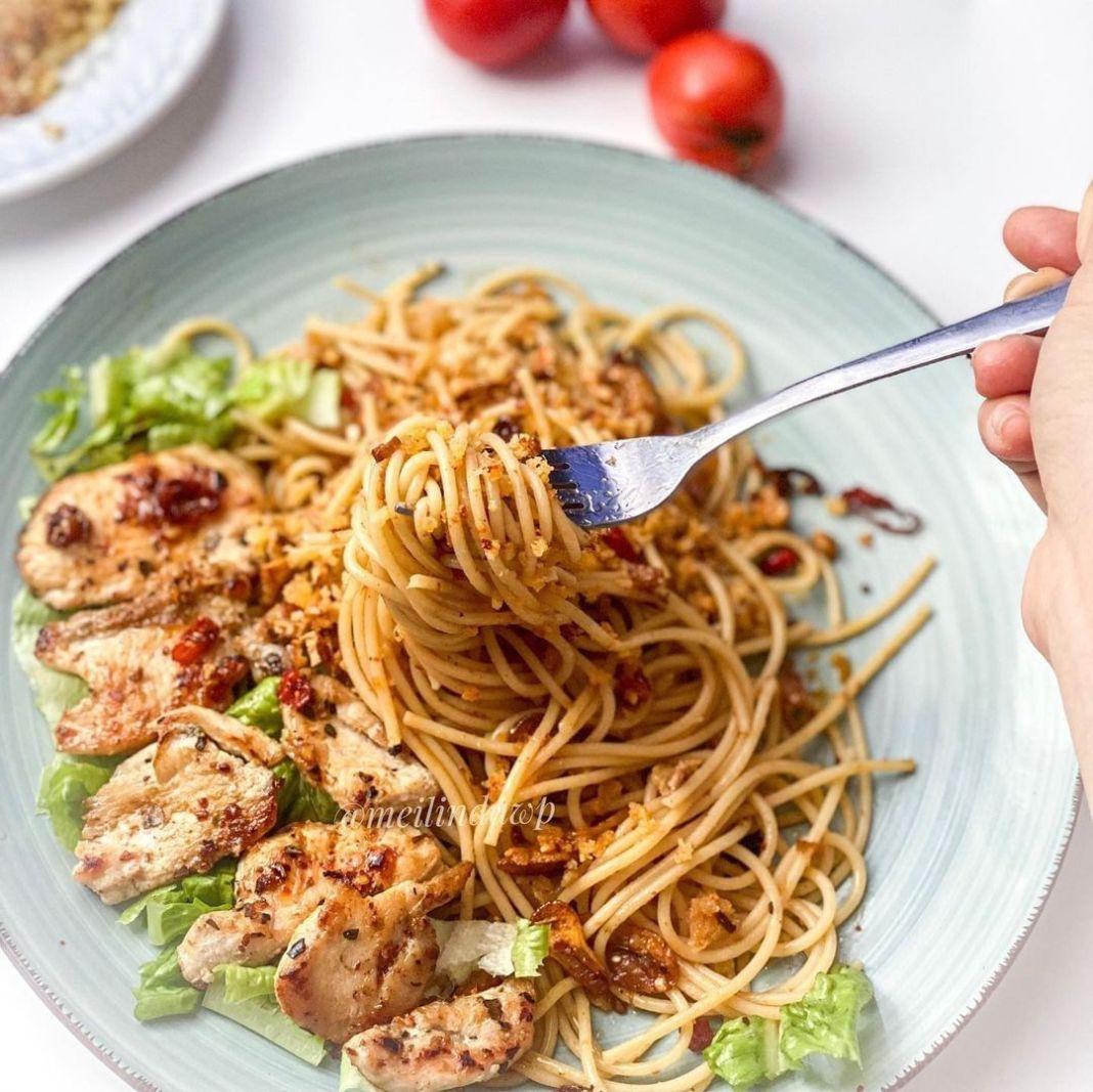 Info kuliner, Kali ini bikin spaghetti Aglio O Olio, bahannya mudah praktis banget dimasak saat pulang kantor…