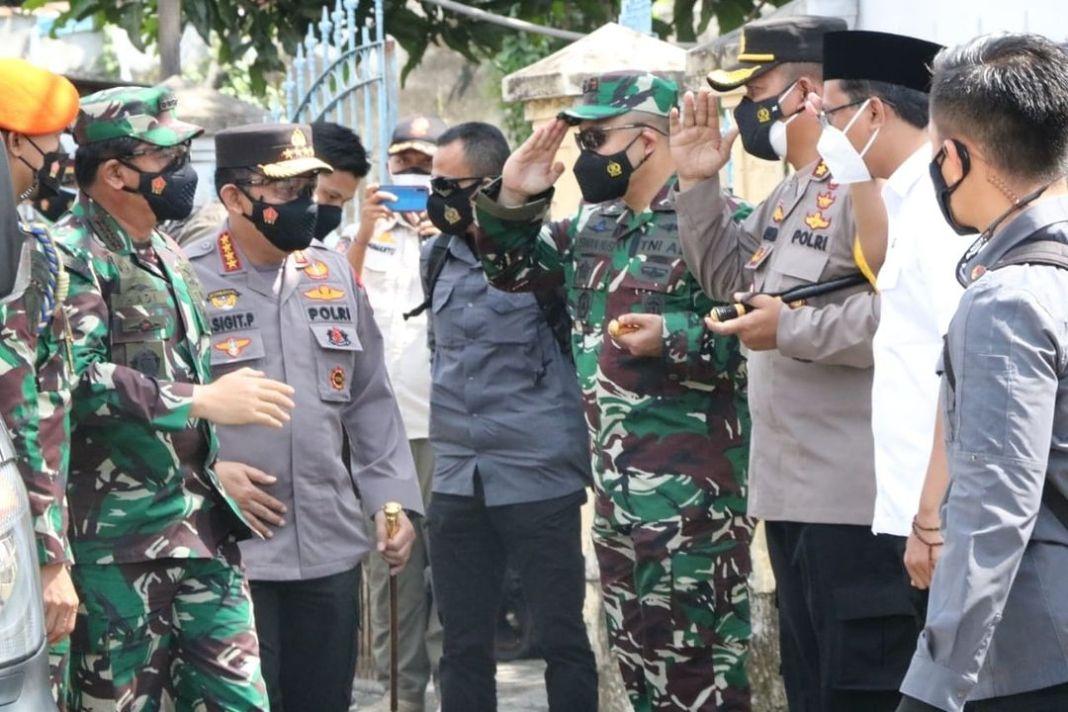 Panglima TNI serta Kapolri Tinjau Pos PPKM Mikro Desa Sawotratap  KOMINFO, Sidoarjo. – Panglima…