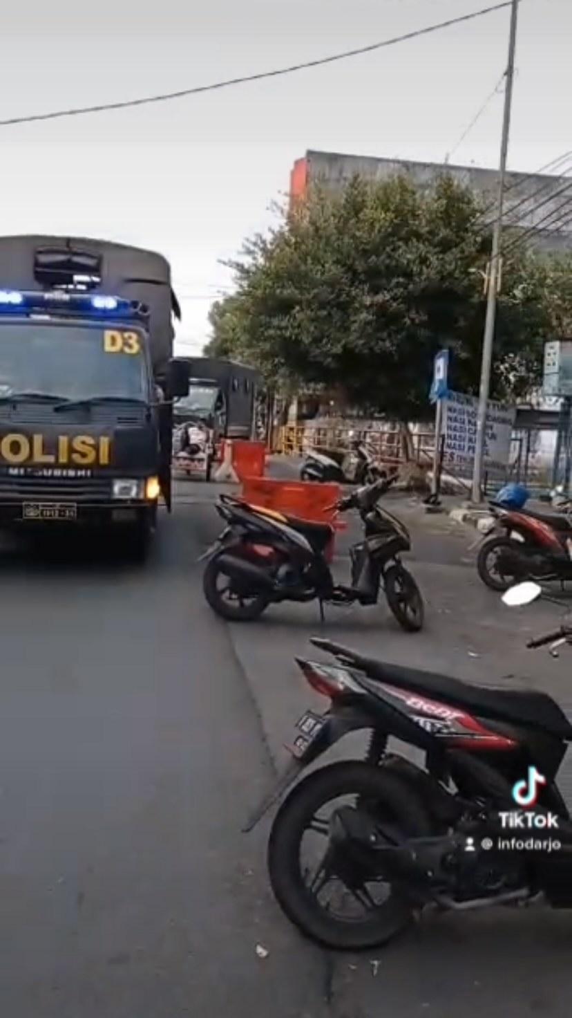 Penerapan peraturan PPKM Darurat siang ini di Jl Gadjah Mada Sidoarjo.  #sidoarjo #infodarjo #i…