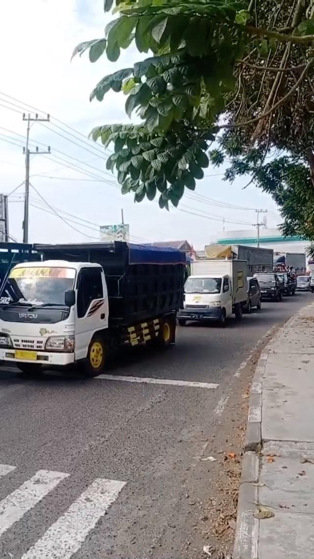 #News Terjadi kemacetan tadi siang sekitar pukul 13.00 di lingkar timur sidoarjo..  kemacetan d…