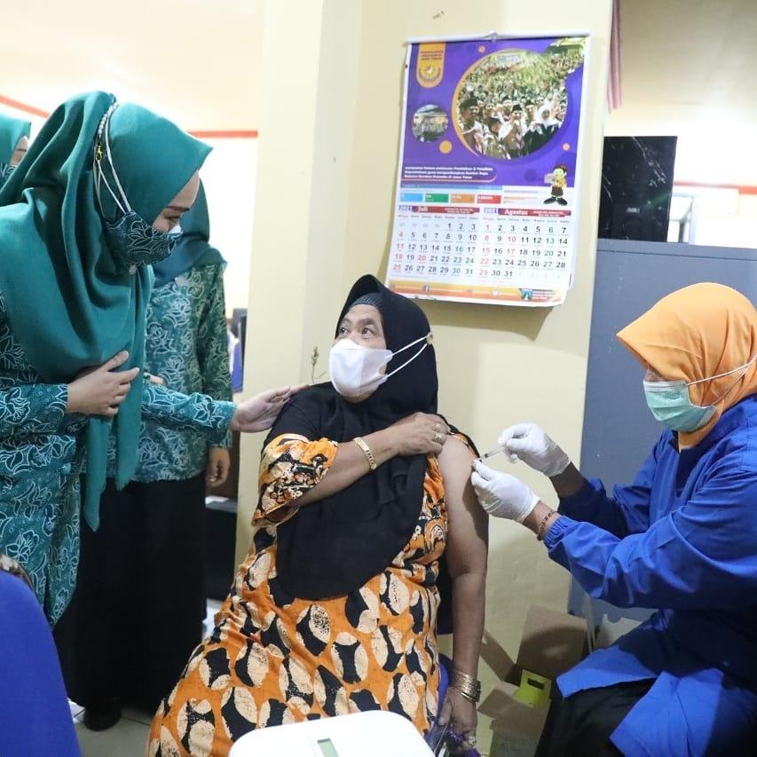 Ning Sasha Muhdlor Menyapa Para Lansia yang Ikut Vaksinasi di Kantor Kecamatan Krian  KOMINF…
