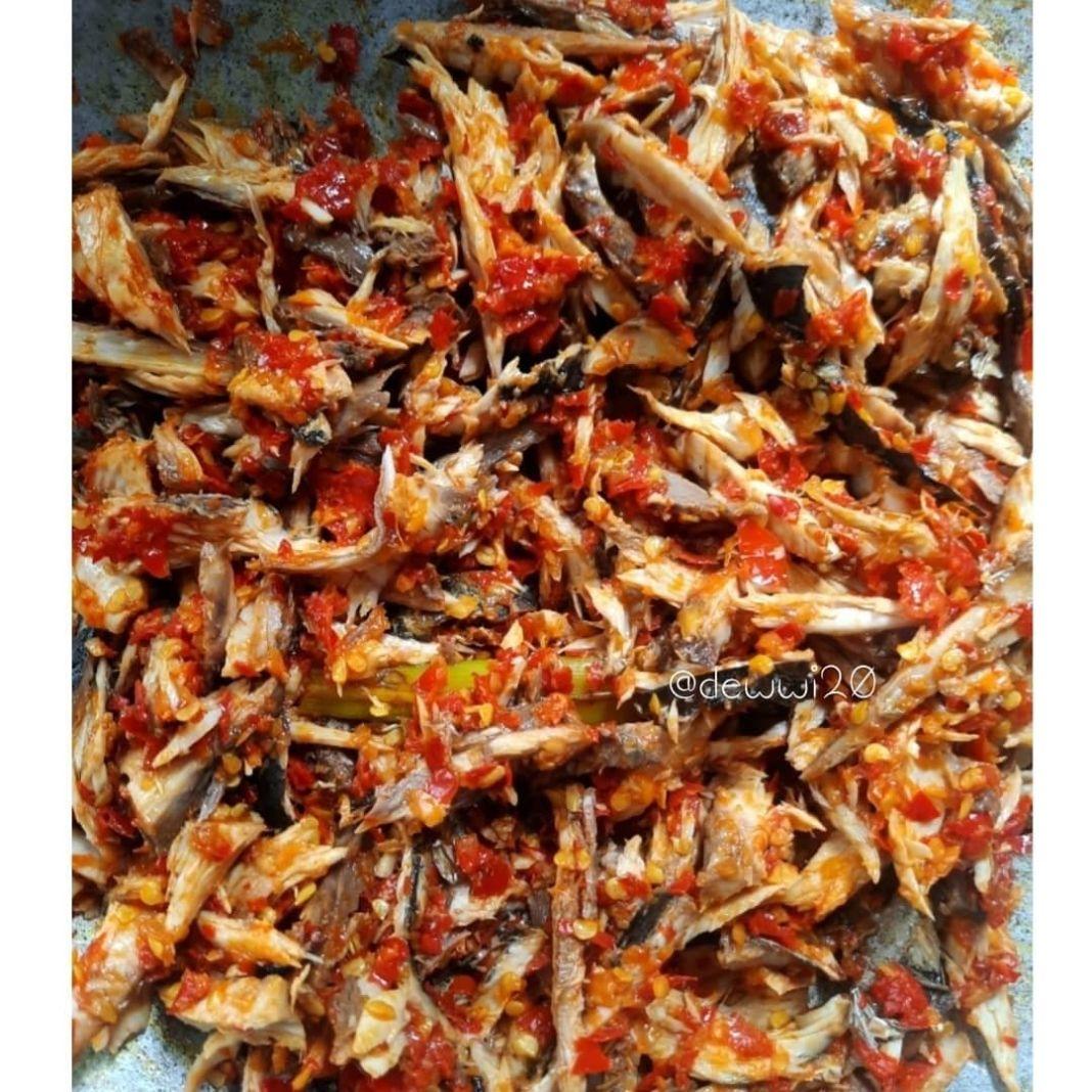Info kuliner, Yang merah-merah menggoda   TONGKOL SUWIR . . 600gr ikan Tongkol 3 lembar daun jeruk, buang tul…