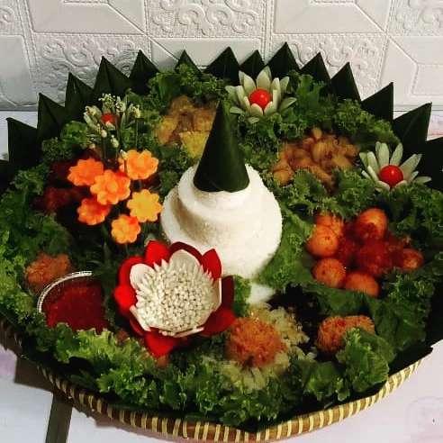 Paket Komplit :  Nasi tumpeng Rujak tampah Tampah cemilan gorengan  Tumpeng kue …