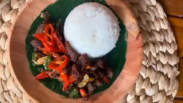 Info kuliner, Yuk kita bikin resep ini saja.  Bahan – bahan nya :  – 250 gr daging sapi – 3 cabe hijau – 2 ca…