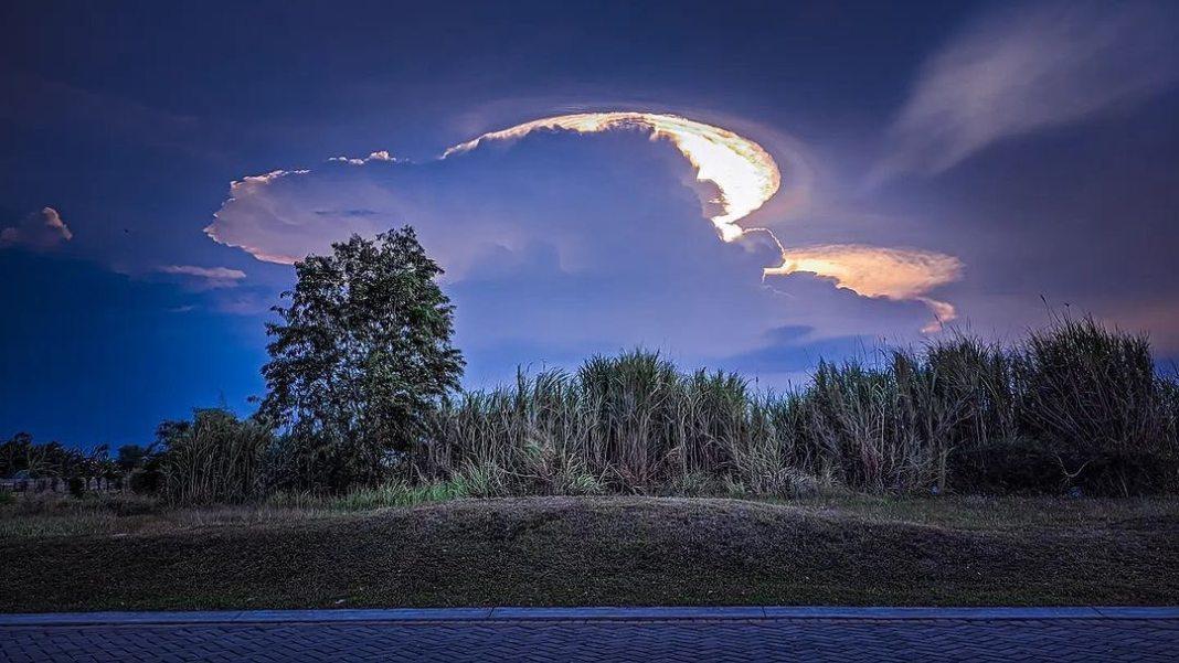 Langit mau sore nang daerah trosobo – taman, Sidoarjo. Sempat diabadino ambek mas @akuaand_8687…