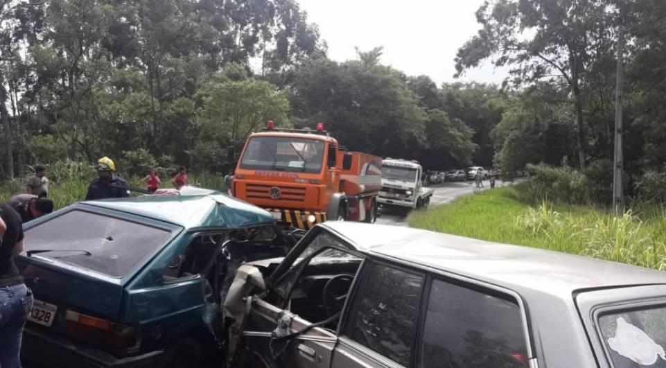 Quatro pessoas ficam feridas em acidente entre dois carros; motoristas não tinham habilitação
