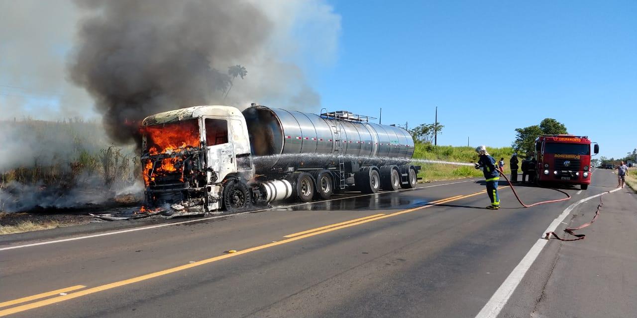 Carreta pega fogo na BR-153