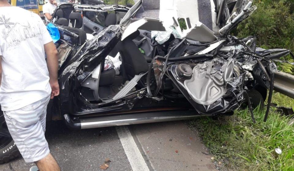 Paraná: Caminhão tomba, atinge vários veículos e deixa pelo menos dois feridos na BR-376
